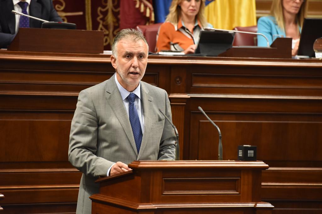 Víctor Torres promete el cargo de Presidente de Canarias
