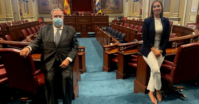 Jeronimo Saavedra y Nira Fierro en el Parlamento de Canarias